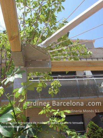 Jardineria Mon�s ha dise�ado y construido esta p�rgola en una terraza exterior con estructura de madera de pino de flandes tratada autoclave i cables de acero tensados con plantaci�n de arbustiva enredadera.
