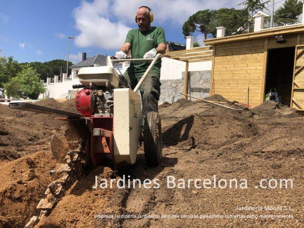 Empresa jardineria Mones jardineros Barcelona jardines patios terrazas paisajismo mantenimientoo plantaciones tarima cercados Maresme Bages Valles Llobregat Penedes Garraf Jardineria Mones