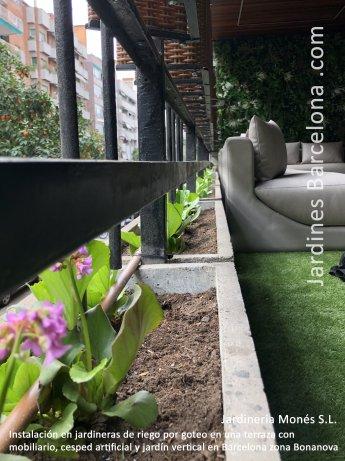 Instalaci�n en jardineras de riego por goteo en una terraza con c�sped artificial, mobiliario y jard�n vertical en Barcelona zona Bonanova