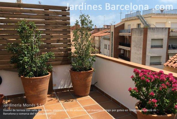 Jardineria Mon�s ha dise�ado esta terraza cl�ssica con valla de madera y plantaciones de arbustivas en macetas con riego por goteio en Terrassa, provincia de Barcelona y comarca del Vall�s Occidental