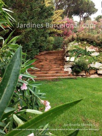 Jardineria Mones ha dise�ado  este jardin en Montcada, provincia Barcelona y comarca el Valles donde podemos apreciar una escalera exterior de mdera con traviesas i pantacion de cesped natural