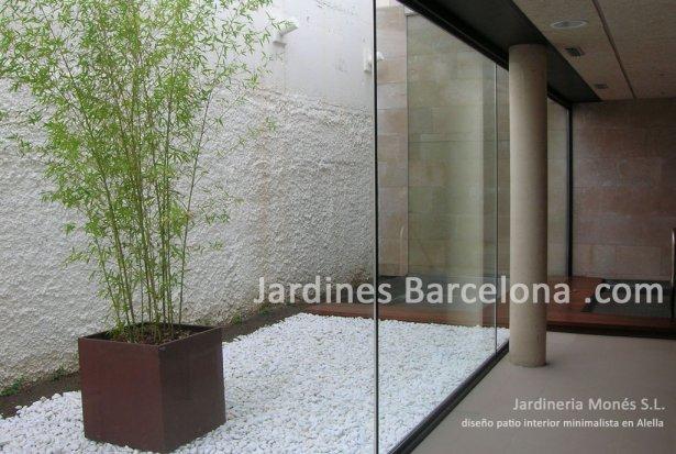 Jardineria Mones ha dise�ado  en Alella, provincia Barcelona y comarca el Maresme donde podemos apreciar un pavimento con grava bolo marmol blanco i plantacion en maceta