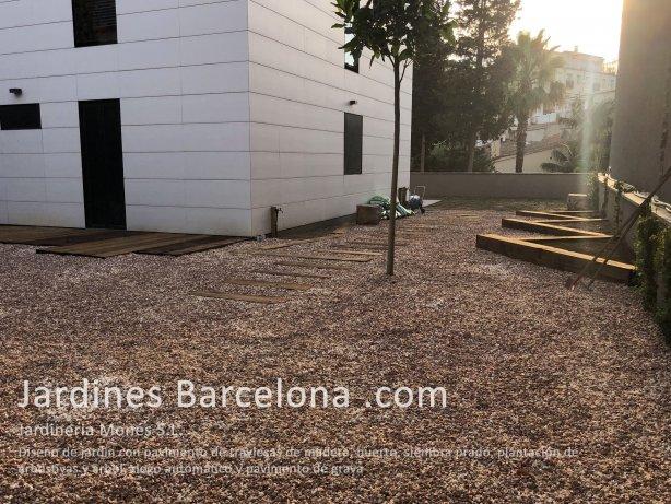 Dise�o y ejecuci�n de jard�n con pavimento de traviesas de madera eco, pavimento de grava, plantaci�n de plantas arbustivas y arbol, siembra de prado y riego autom�tico. Jard�n en Tiana, comarca del Maresme y provincia de Barcelona.