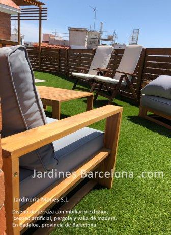 Jardineria Mon�s ha dise�ado esta terraza con pergola i valla de madera, mobiliario exterior y cesped artificial en Badalona provincia de Baarcelona comarca del Barcelones